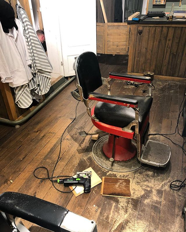 Fixing the barbershop around a little bit. With the help from @barber_vonsven and @barberjdog_ . . See you all next week kids . 3 more weeks intell Christmas.